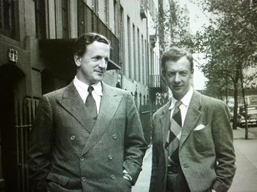 1940年、パートナーの歌手ピアース(左)と、米ニューヨーク・ブルックリンの通りを歩くブリテン