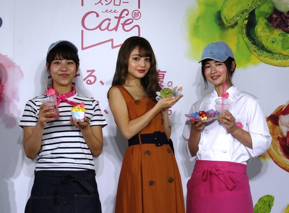 ちぃぽぽさん(中央)、あきんどスシロー・スシローカフェ部の林麻衣子さん(左)、同部のパティシエの恩智愛さん(右)