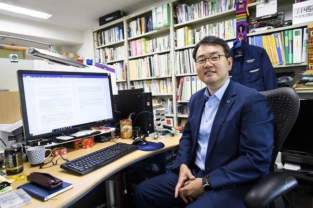 劉庭秀氏は韓国では、2009年から「韓国自動車資源循環協会」の海外技術委員、2015年から「韓国資源リサイクリング学会」の理事。2016年に、東北大学大学院国際文化研究科の教授に就任した