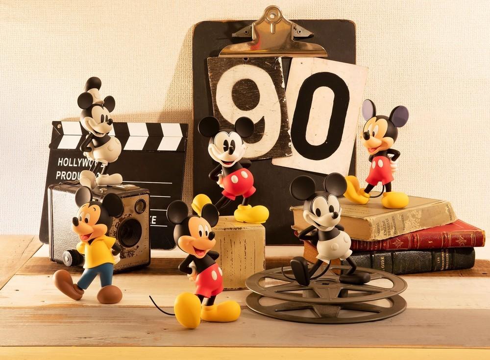 デビュー90周年「ミッキーマウス」の年代別フィギュアを順次発売
