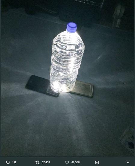 停電しても簡単に照明を「つくれる」 ペットボトルに水を入れてスマホを...