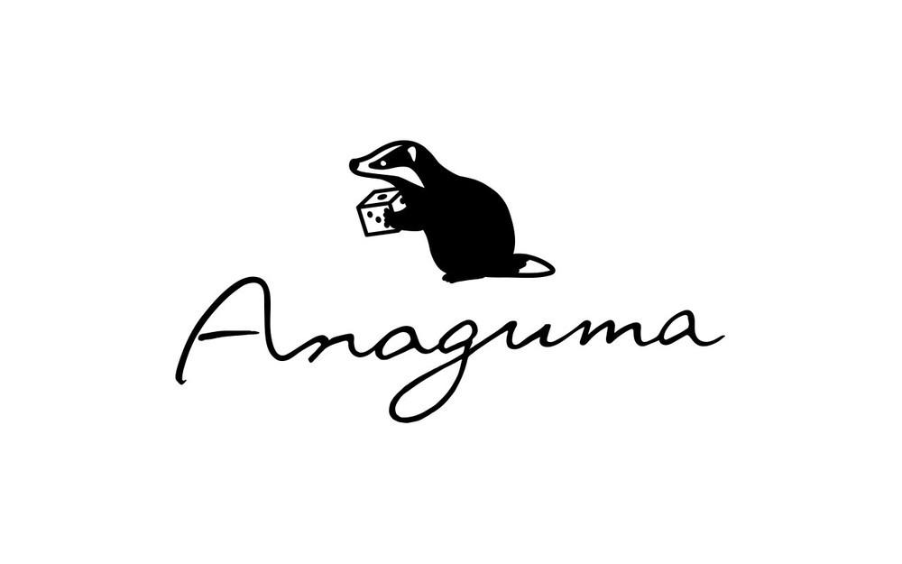 Anagumaのロゴは、株式会社ライトパブリシティのアートディレクターである鈴木奈々瀬氏がデザインしたもの。サイコロを持ったアナグマがとてもかわいい