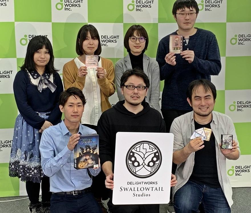 塩川洋介氏(中央下)、カナイセイジ氏(右下)、他は「CHAINsomnia~アクマの城と子どもたち~」を開発したディライトワークス新入社員たち