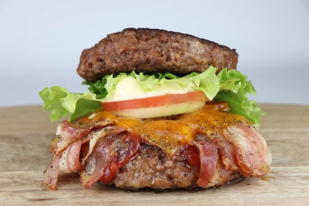 平成最後の「いい肉の日」に超豪快メニュー 肉まみれの衝撃ハンバーガー