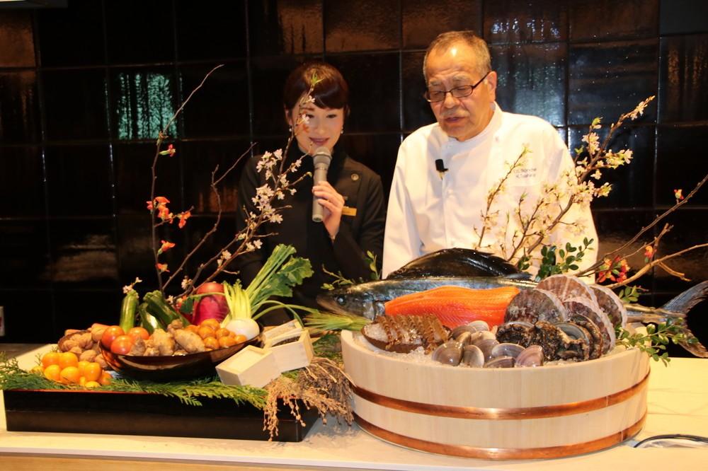 ライブ感覚で、福島県産の食材を紹介する田代和久シェフ(右)