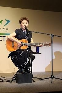 自身の過去を歌とともに振り返った加藤登紀子さん