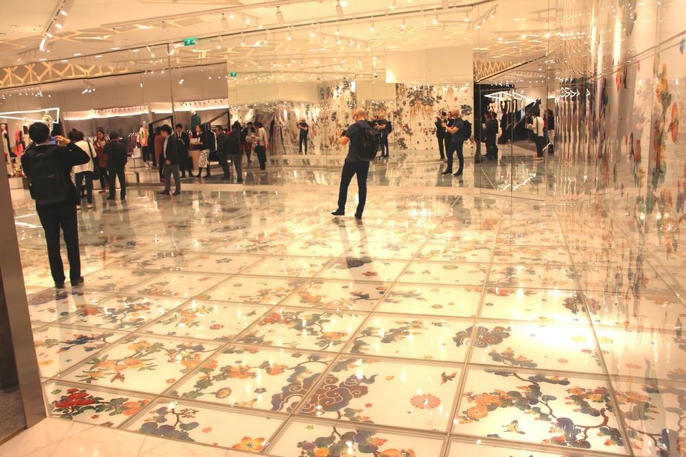 大巻伸嗣氏の絵画。壁と床に埋め込まれ、幻想的な空間に