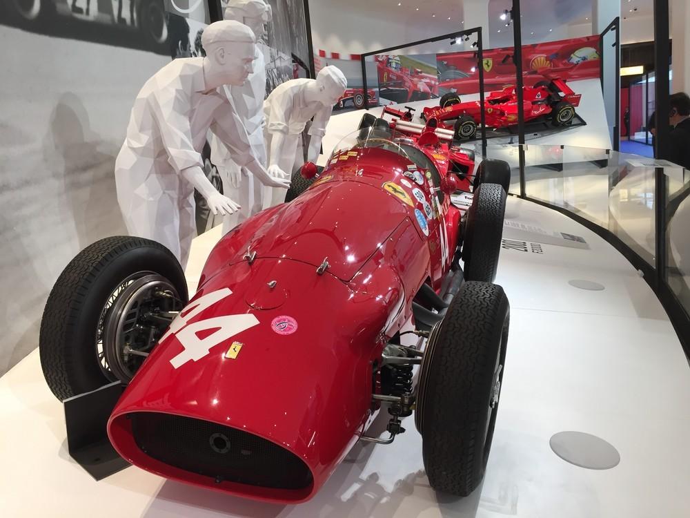 「フェラーリ:アンダー・ザ・スキン」の展示のひとつ。過去のF1マシンが並ぶ