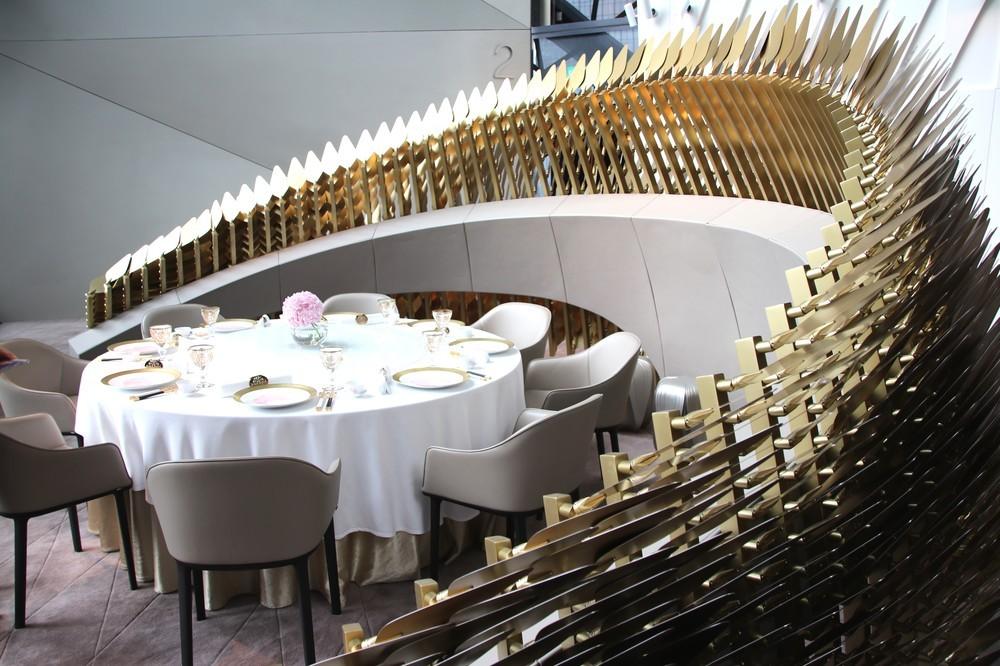 中華料理店「Yi」。「竜の背中」をモチーフにしたモニュメントが準個室空間を演出