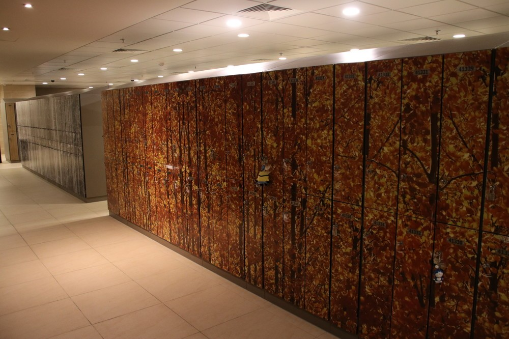 「ハート・オブ・ハウス」内にあるスタッフ用ロッカー。「秋」を表現した絵柄が施されている