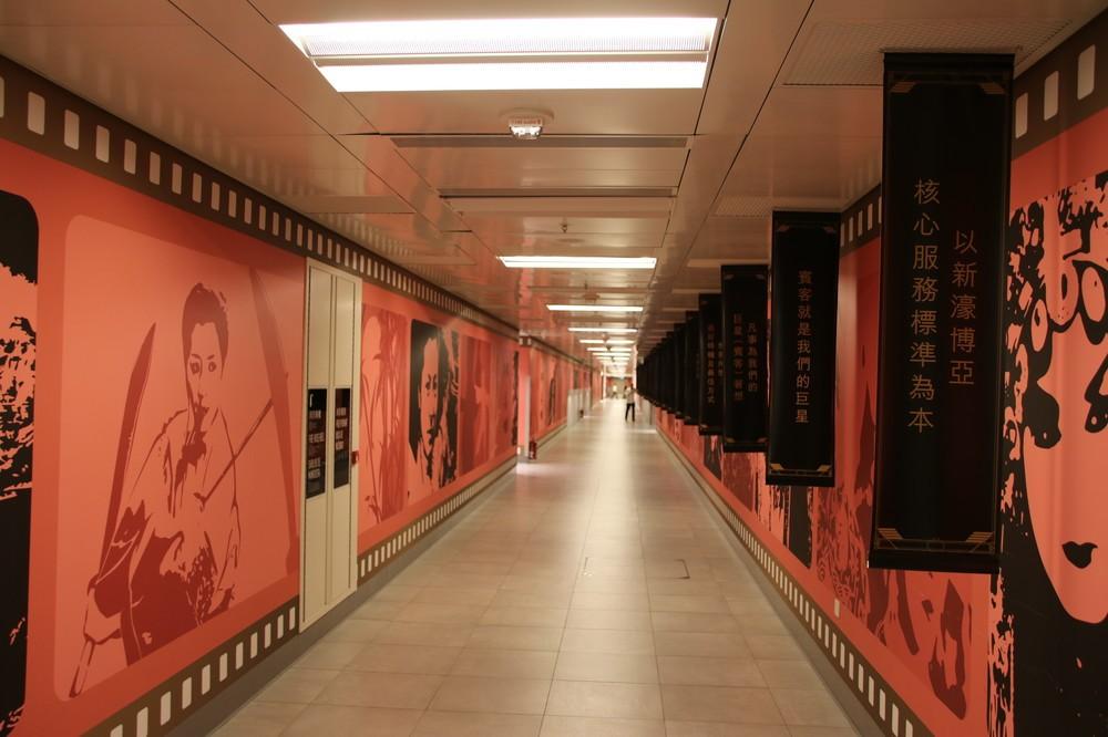 「ハート・オブ・ハウス」の廊下。右側に垂れ幕がある
