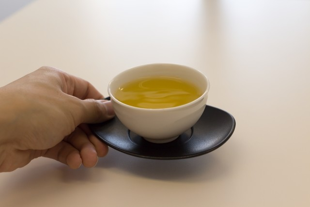 来客時のお茶出しは女性の仕事か 10年前と今の議論を比べてみたら