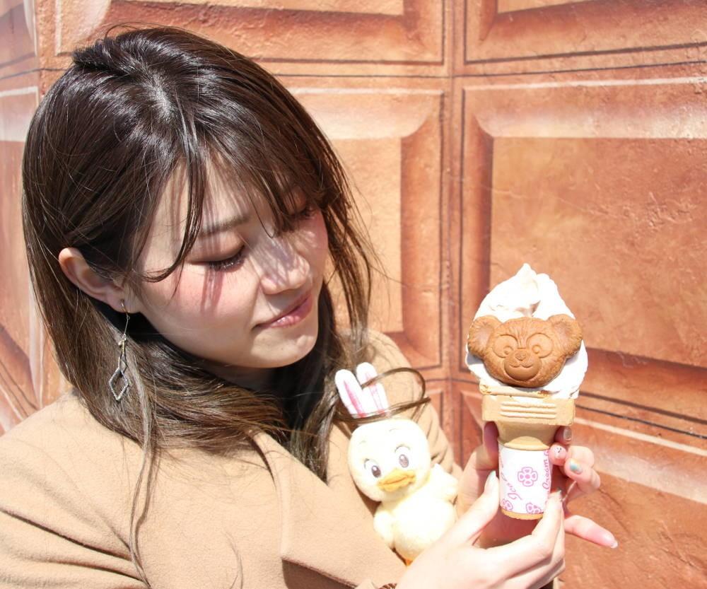 ハッピーダッフィーをアイスクリームに乗せて