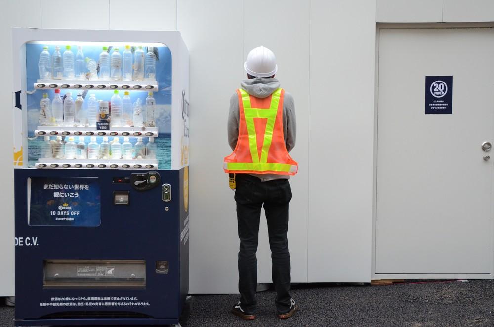 外に置かれた自販機、隣には謎のガードマン