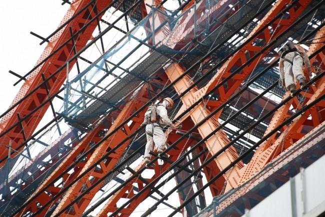 東京タワー高さ50メートルに謎の3人 西側の足場にいるのは誰だ