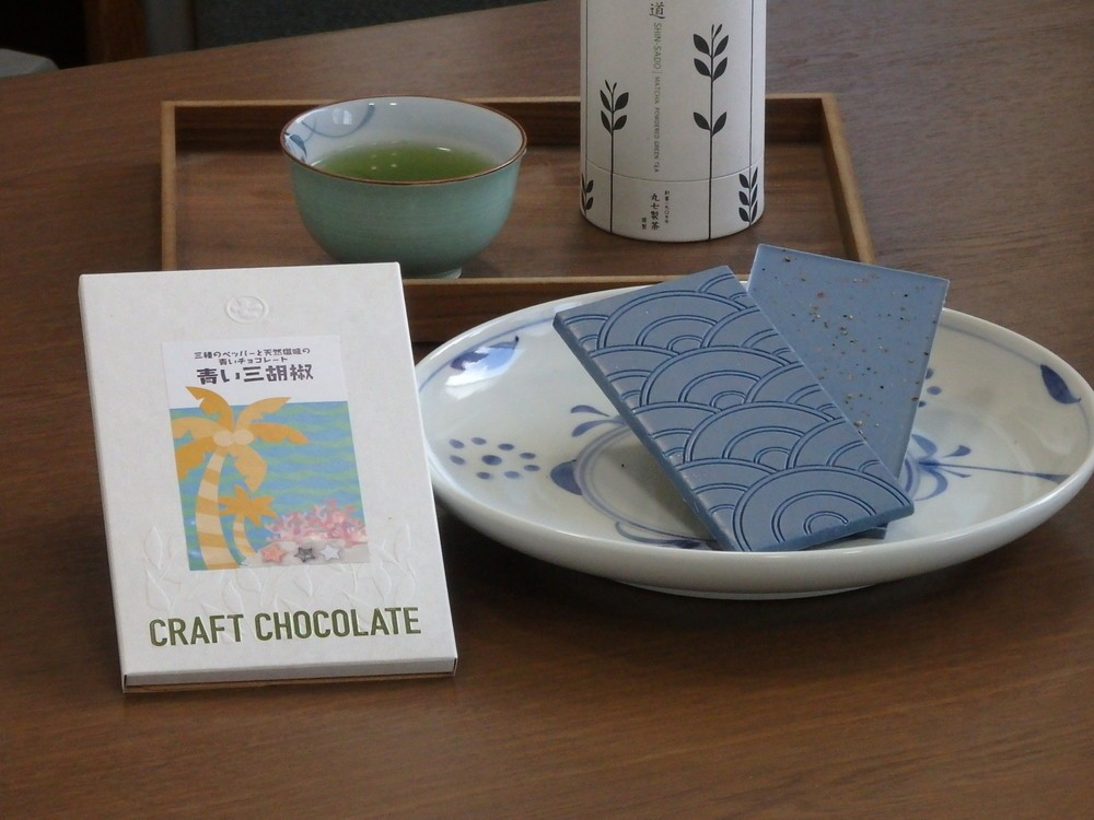青い色のチョコレート登場 ベースはタイ原産の青い花