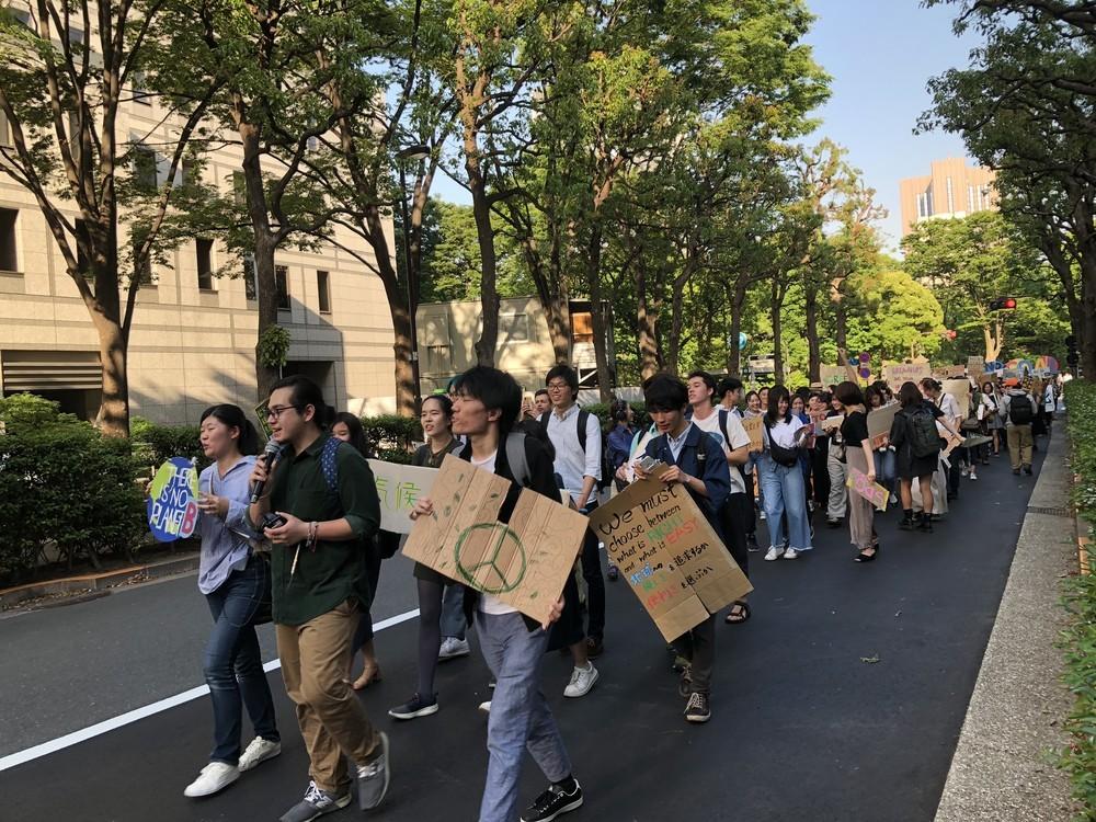 笑顔で行進する若者たち