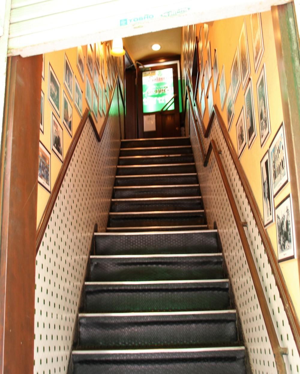 館内へ向かう階段の両壁にはたくさんの写真
