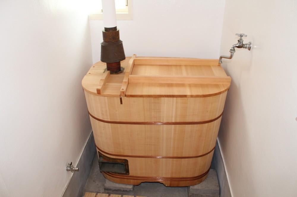 浴槽は内釜式の木製だった