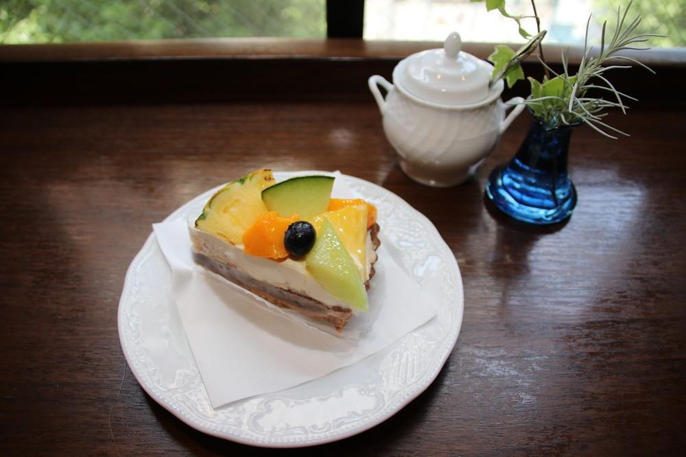 「STYLE'S CAKES & CO.」から仕入れる本日のケーキ「トロピカルフルーツタルト」