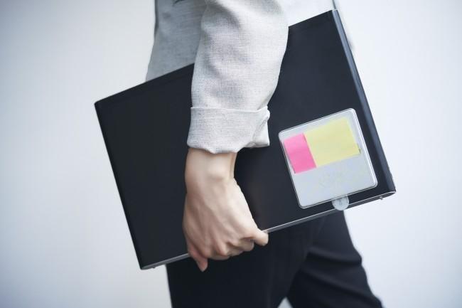 パソコンと持ち運べて片手で出せる ポップアップタイプ「強粘着ふせん」