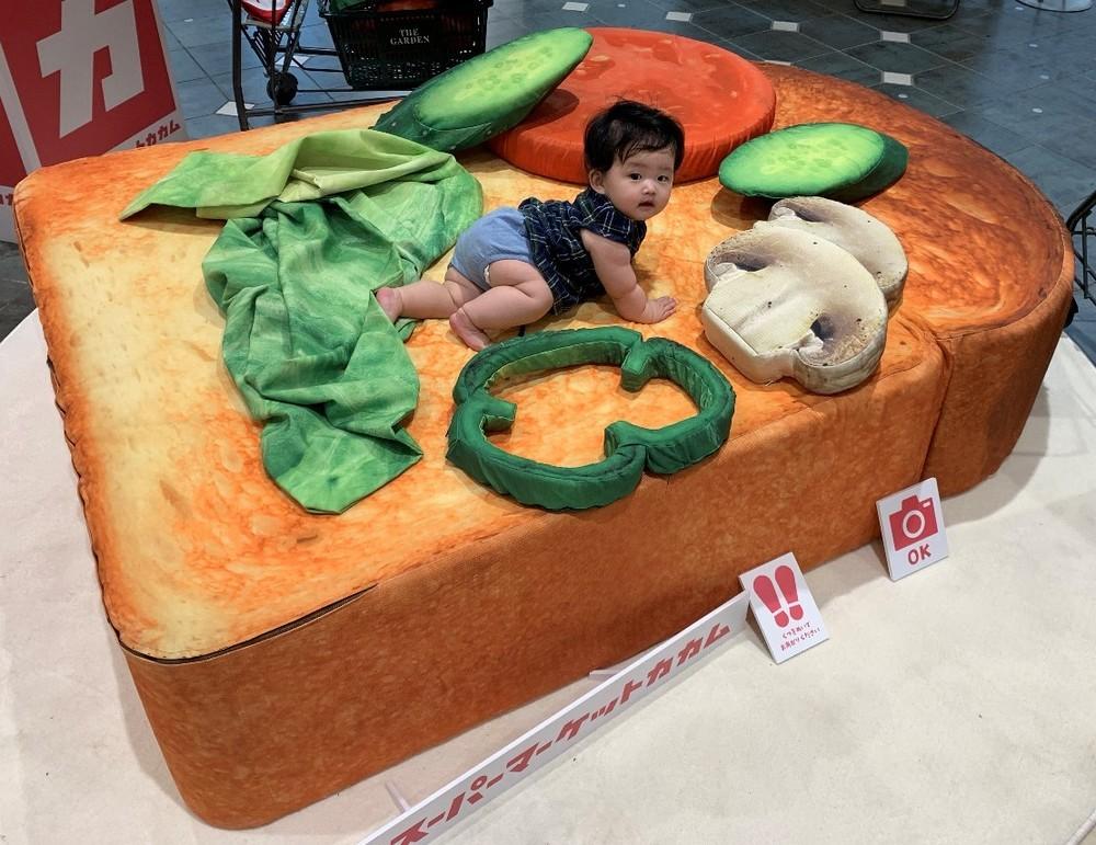 夢の超フカフカ「巨大食パン型ベッド」 赤ちゃん乗った姿がかわいすぎる
