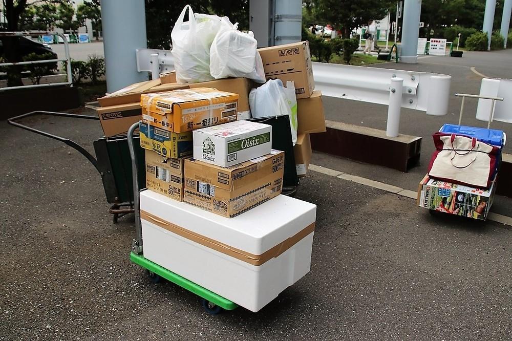 各企業が持ち寄った大量の荷物