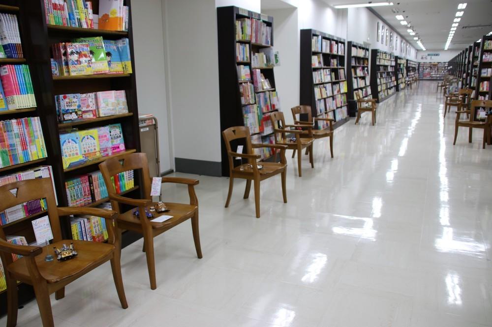 コンクールデレガンスでは、書店内通路に並べた椅子にミニ四駆を展示