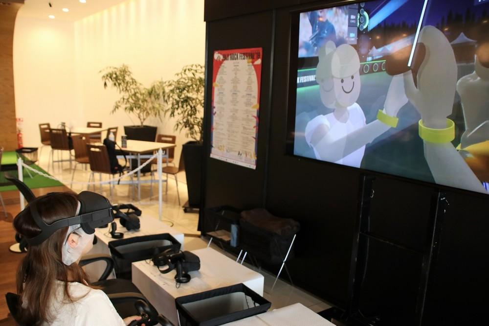 記者も5Gデモ体験で、VRのフジロック会場へ