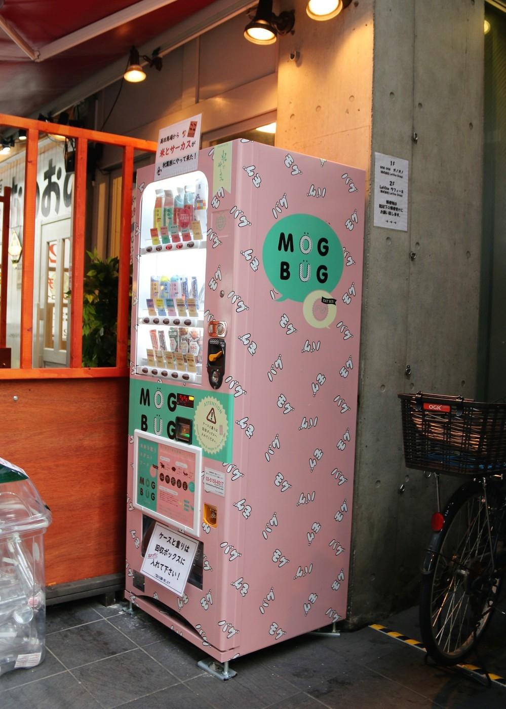 タピオカの次は「虫食」がくる! 秋葉原「女性向け昆虫自販機」でオケラをパクリ