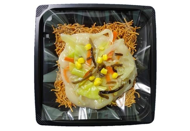 野菜入り餡をかけた「ベビースターラーメンの皿うどん風」