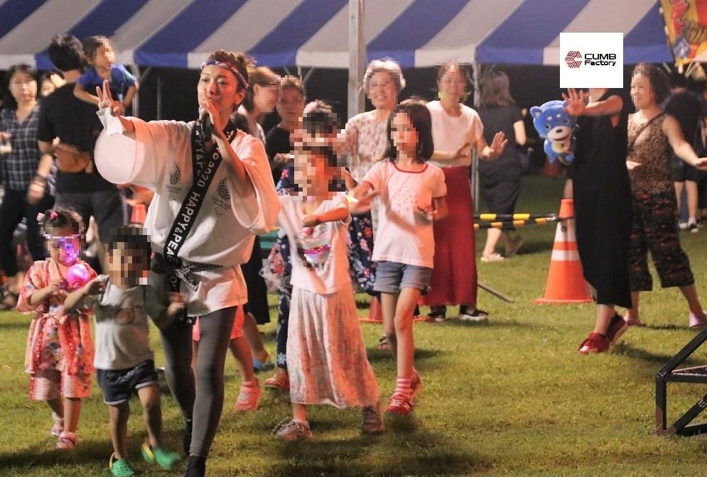 J-CASTニュース編集部のマスコットキャラ「カス丸」と一緒に盆踊りをするCLIMB Factoryツイッター担当者