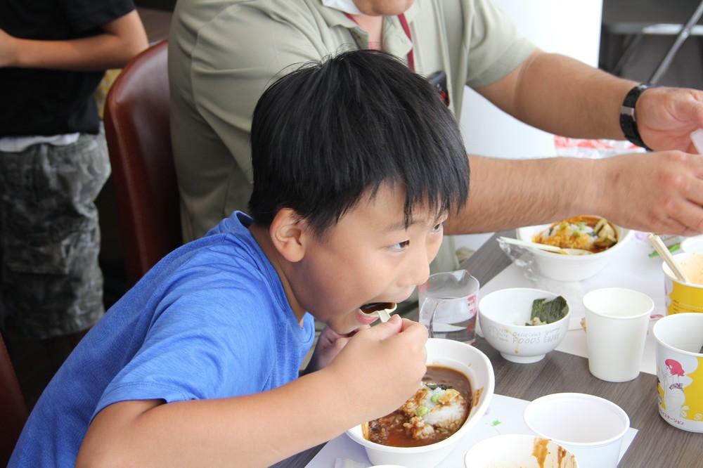 カレーを美味しそうに食べる子ども