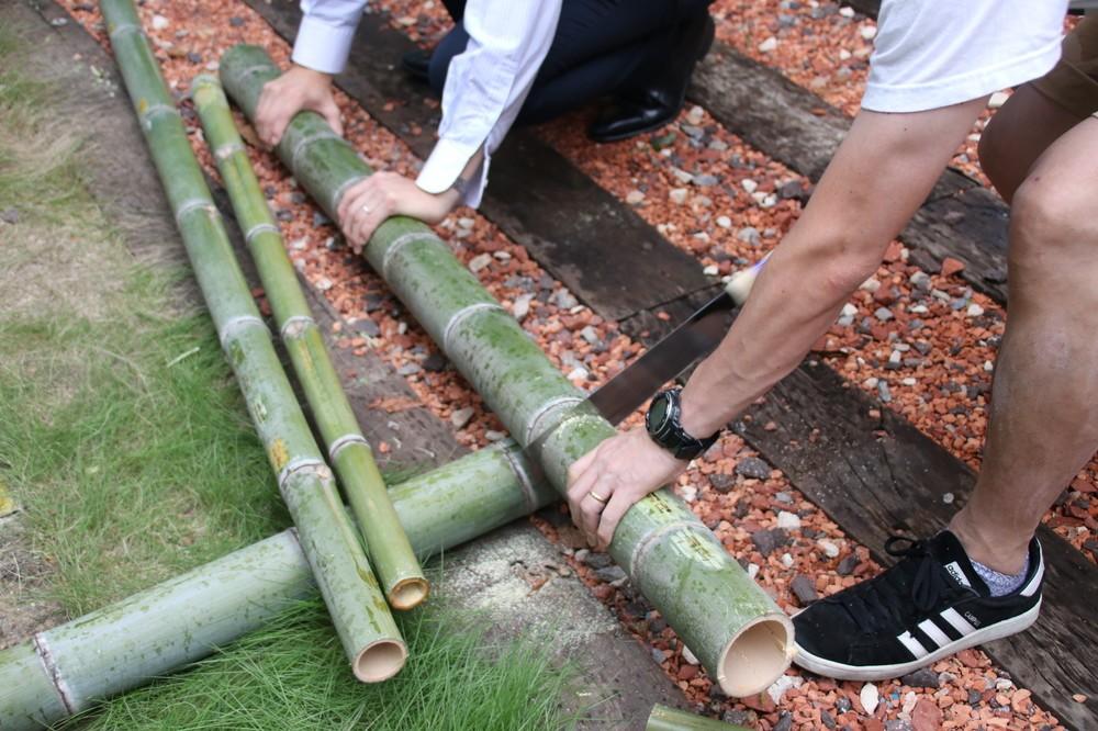 竹を切り出し、おちょこを作るワークショップ