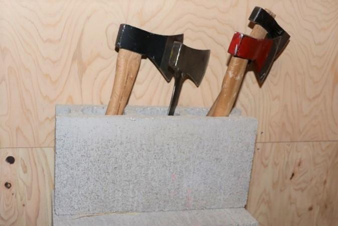 複数の斧から、投げやすい・手になじむと感じる一本を選ぶ