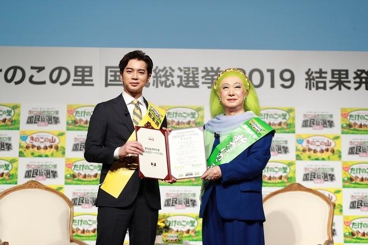 健闘を称え合った松本潤さん(左)と美輪明宏さん