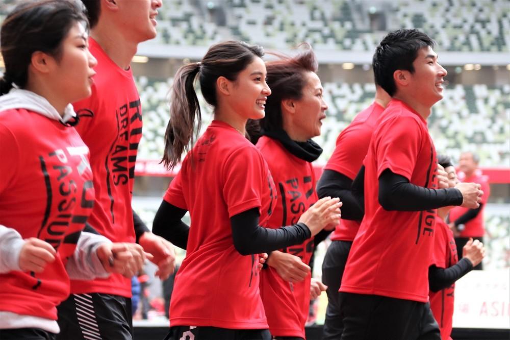 新しくなった国立競技場の陸上トラックを駆ける土屋太鳳さん(中央)、桐生祥秀選手(右)