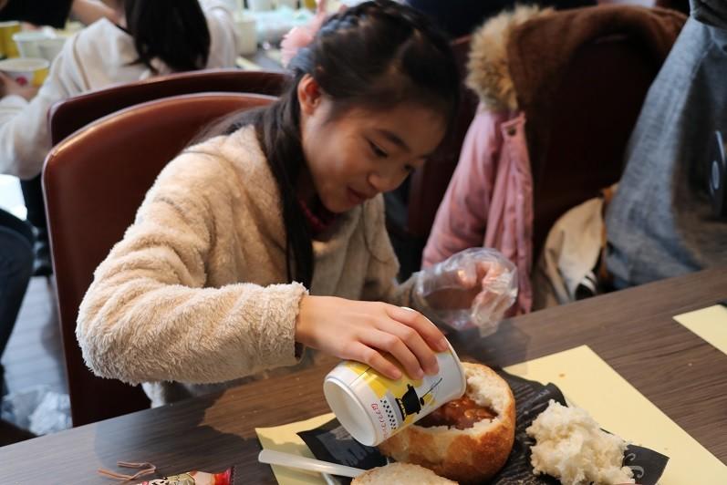 しっかり溶かしたシチューをパンの器に注ぐ