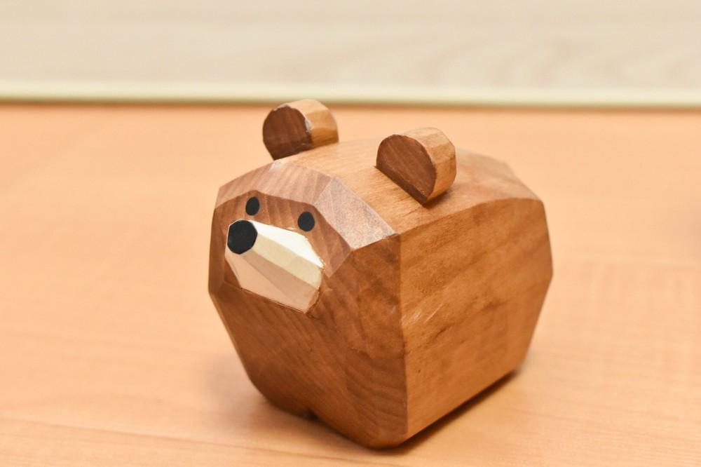 北海道土産の定番「木彫りの熊」がちょっと違う サケくわえず愛らしく変身