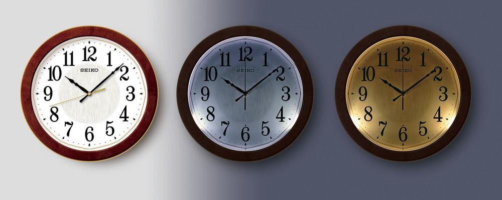 暗くなるとライトが点灯 クール&ウォームの2色で照らす掛け時計