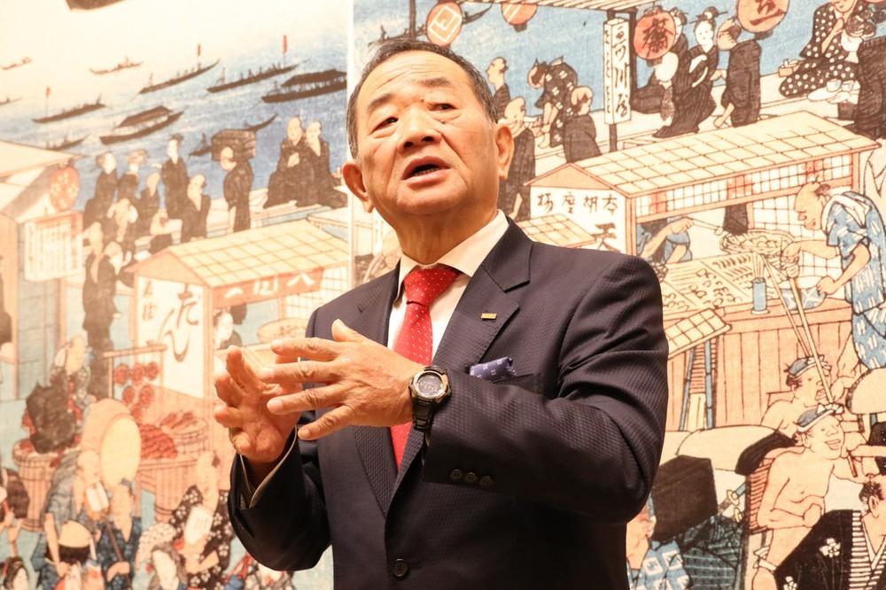 記者陣の取材に答えるくら寿司の田中邦彦社長