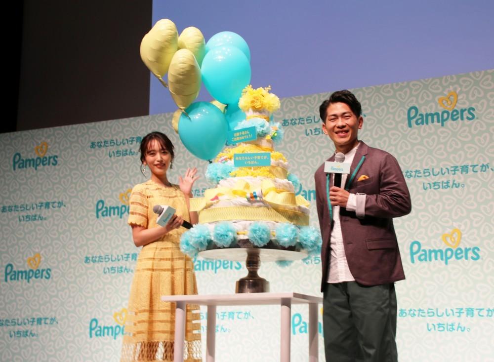 会場では、近藤さんの第二子出産を祝う「おむつケーキ」が贈られた