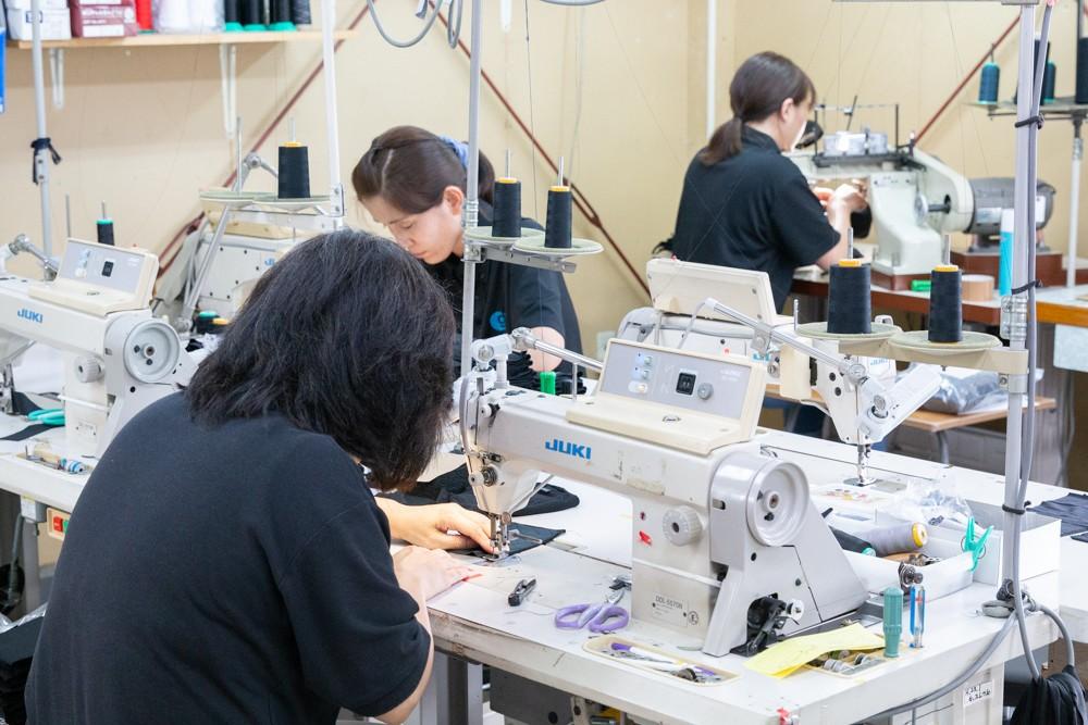 縫製メーカー・ジーンスレッドの製造スタッフが丁寧に作っている