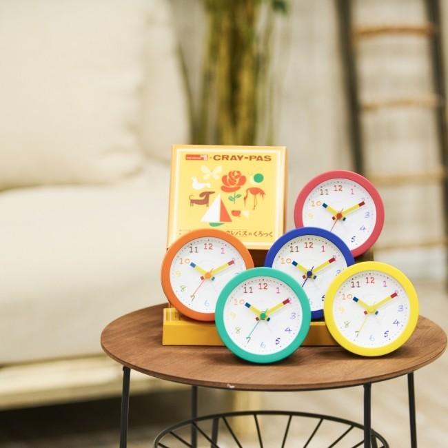 超ロングセラー「クレパス」モチーフの置時計 ポップからダークまで全20色