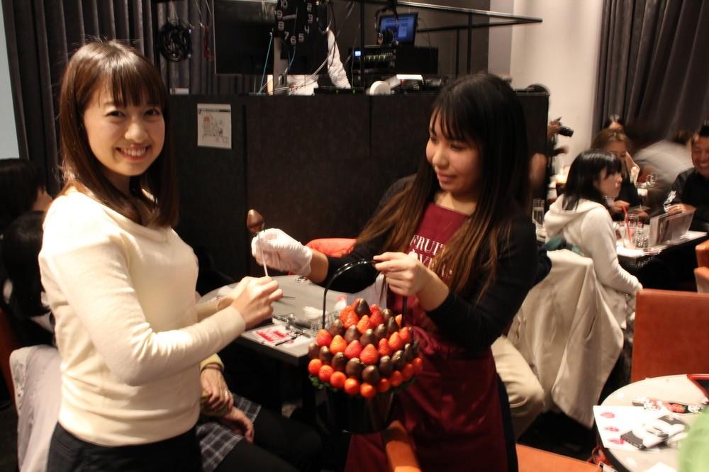 イチゴのブーケは1本ずつ参加者に手渡された