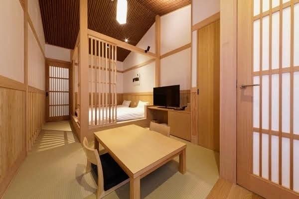 本館内にあるローベットを2台設えたツインの和室(写真4)