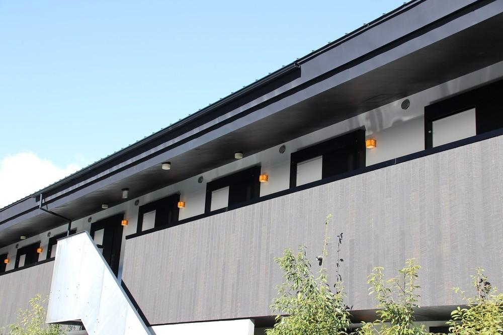 廊下が外に面している開放的な本館