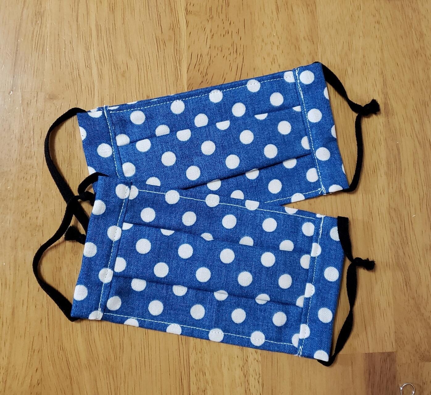 マスク用の手芸資材も手に入りにくい中、手作りの布マスク2枚もつけて販売する(サイズ約7センチ×14センチ)