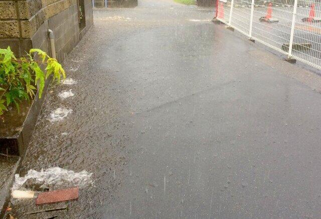 大雨で道路冠水のなか避難 見えなくなった側溝、境目分からず落下が怖い