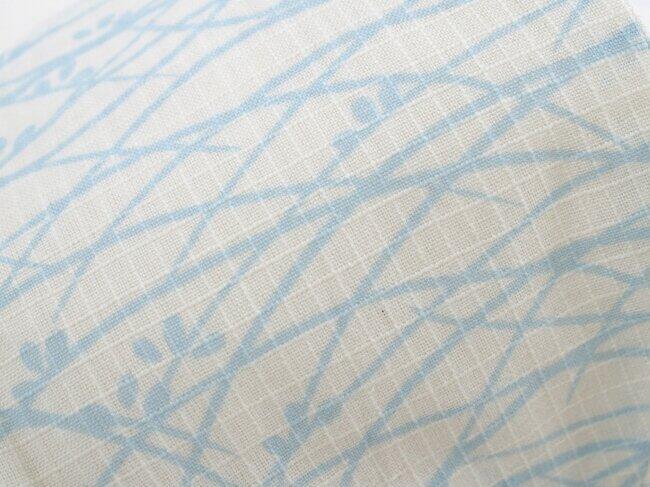 白地で爽やかな水色の露芝柄のデザイン
